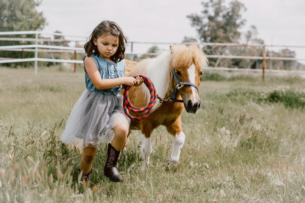 kleines Mädchen mit ihrem Pony